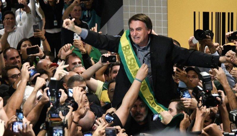 Jair Bolsonaro nach seinem Wahlsieg 2018 umgeben von Journalisten