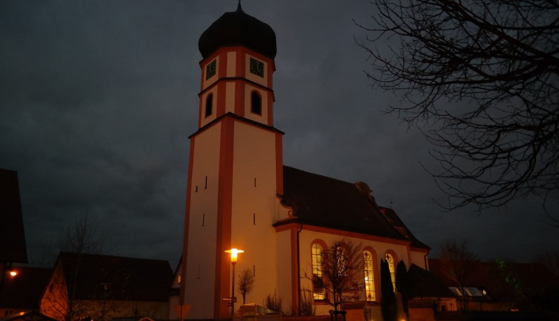 Erleuchtetes Kirchengebäude im Dunkeln