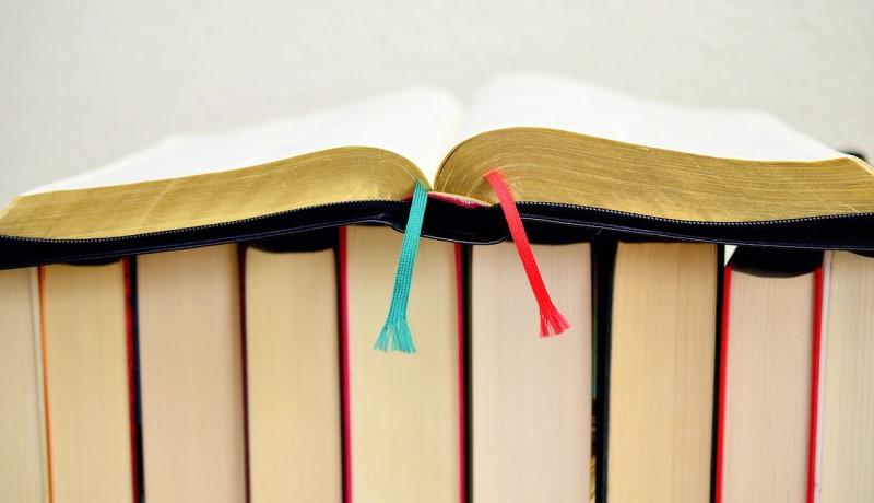 Aufgeschlagene Bibel auf liturgischen Büchern