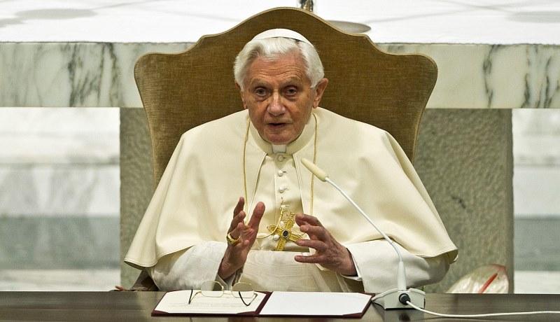Der emeritierte Papst Benedikt sitzt am Schreibtisch.