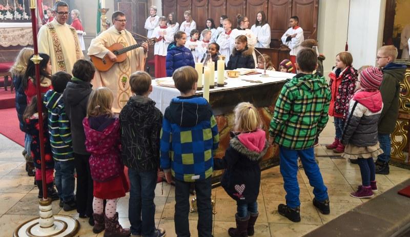 Das Vaterunser mit Kindern am Altar