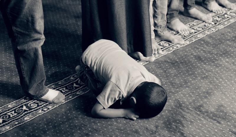 Junger Muslim betet