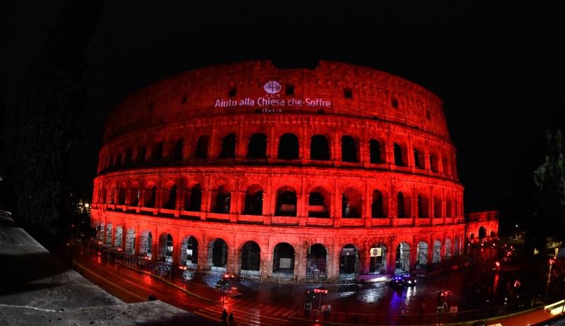 Rot beleuchtetes Kolosseum zur Erinnerung an die Christenverfolgung