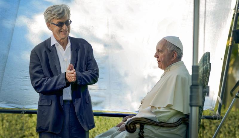 Wim Wenders spricht mit Papst Franziskus während der Produktion von seinem Dokumentationsfilm