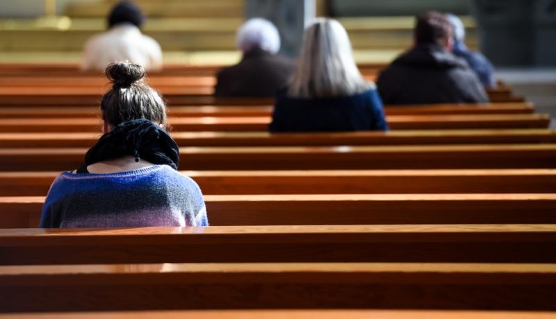 Gläubige in einer Kirchenbank