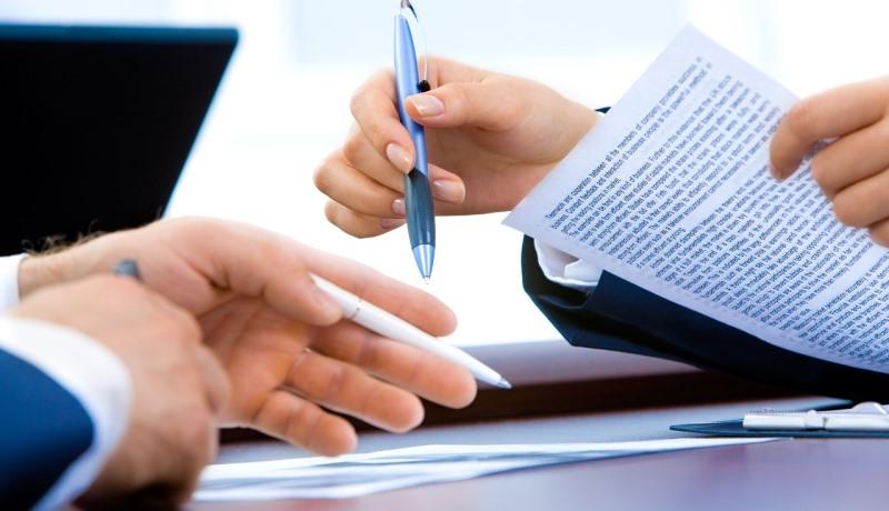 Dokumente werden unterschrieben