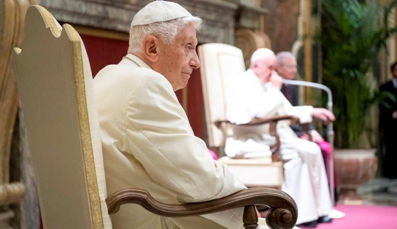 Emeritierter Papst Benedikt, im Hintergrund Papst Franziskus