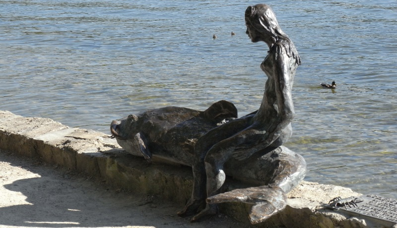 Statue Schöne Dame auf einem Fisch sitzend