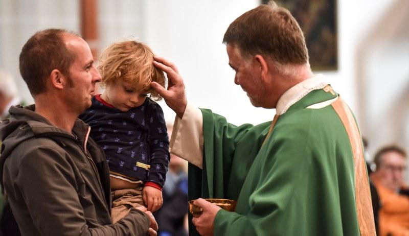 Priester während der Kommunion
