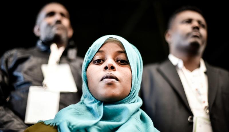 Junge Muslima schaut in die Kamera
