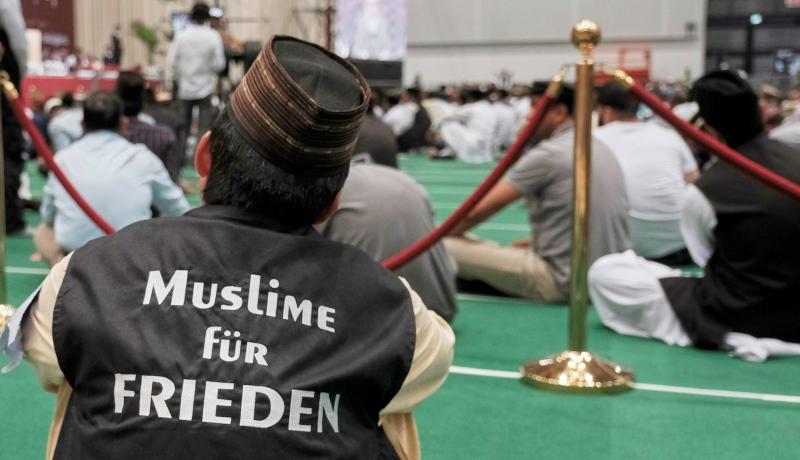 Muslim mit Jackenaufschrift