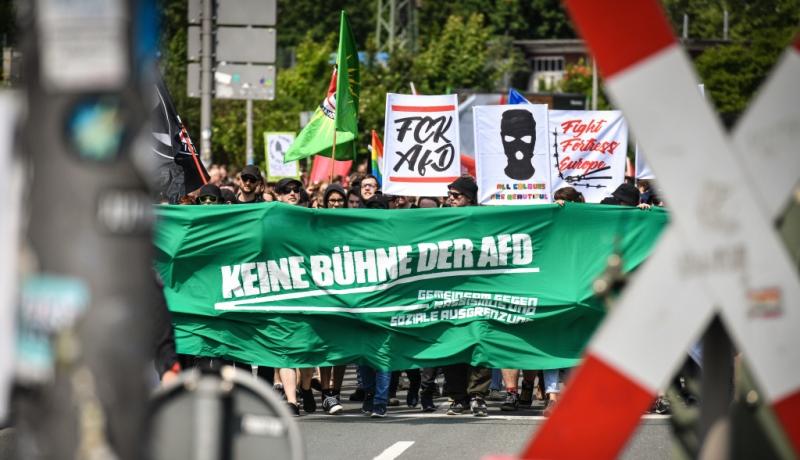 Menschen demonstrieren gegen die AfD