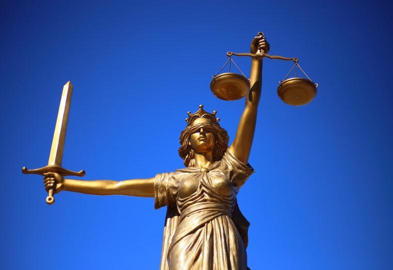 Justitia mit Schwert und Waagschale