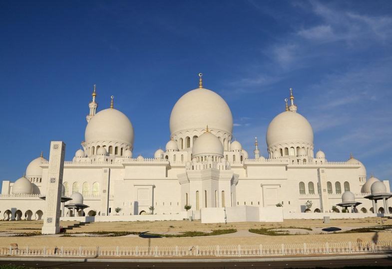 Blick auf eine Moschee in Abu Dhabi