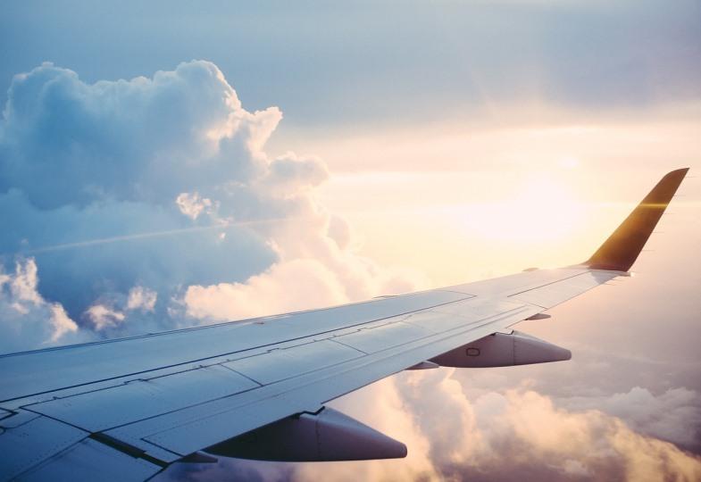 Blick aus einem Flugzeug, das über Wolken fliegt