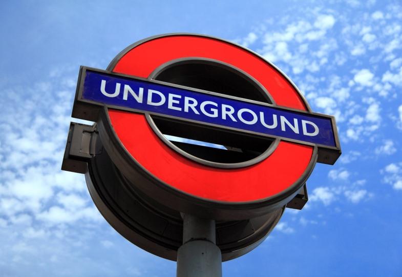 Schild weist auf Londoner U-Bahn hin