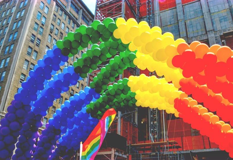 Eine Brücke aus Luftballons in Regenbogenfarben