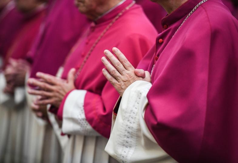 Betende Bischöfe