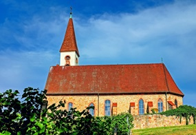 Eine Kirche in einem Dorf.