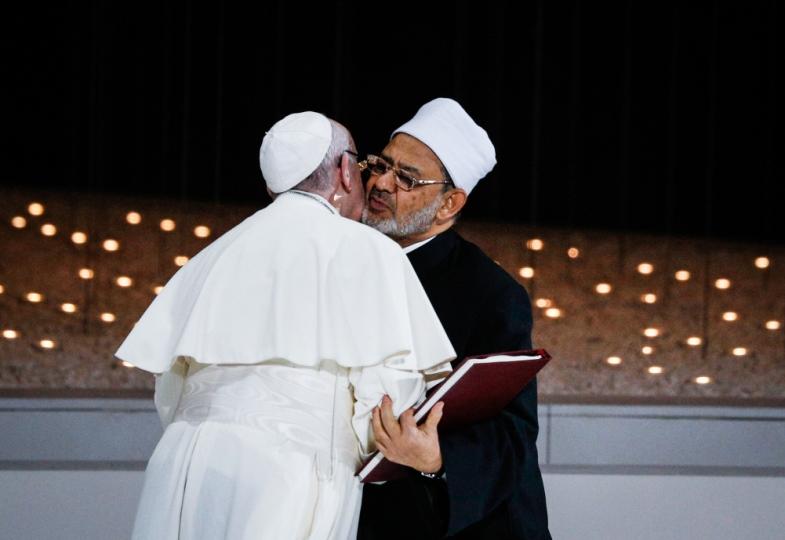 Papst Franziskus und Ahmad Mohammed Al Tayyeb umarmen sich.