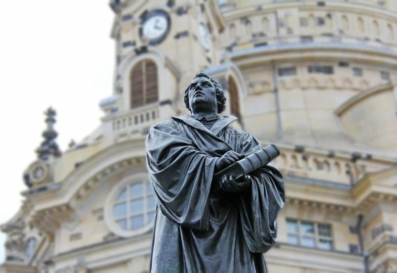 Statue von Martin Luther vor einer Kirche