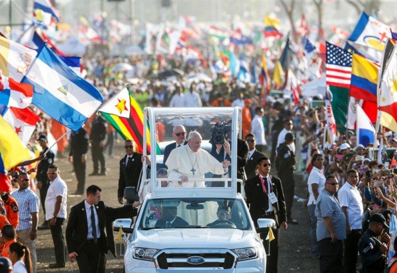 Papst Franziskus auf dem Weltjugendtag in Panama im Papa-Mobil
