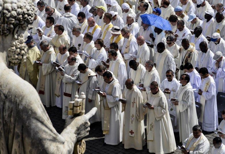 Priester haben sich in Rom versammelt.
