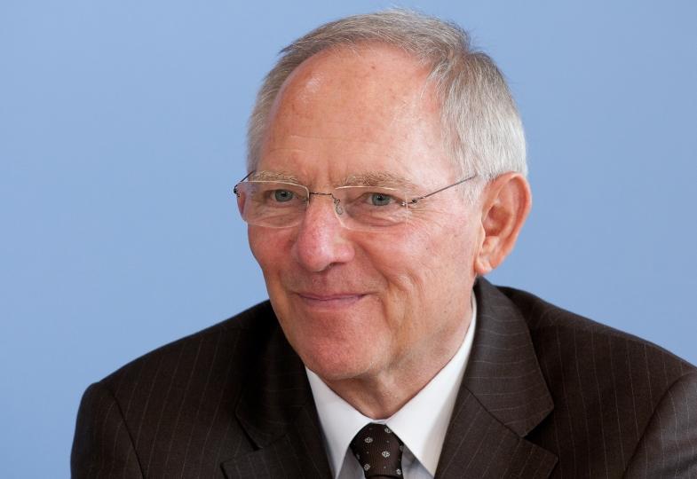 Wolfgang Schäuble schaut in die Kamera.