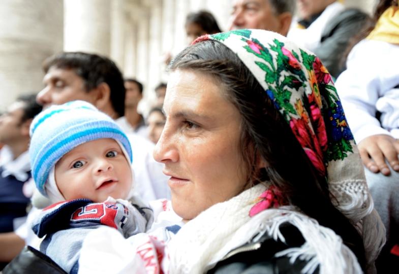 Eine Roma-Frau mit ihrem Kind auf dem Arm in Rom.