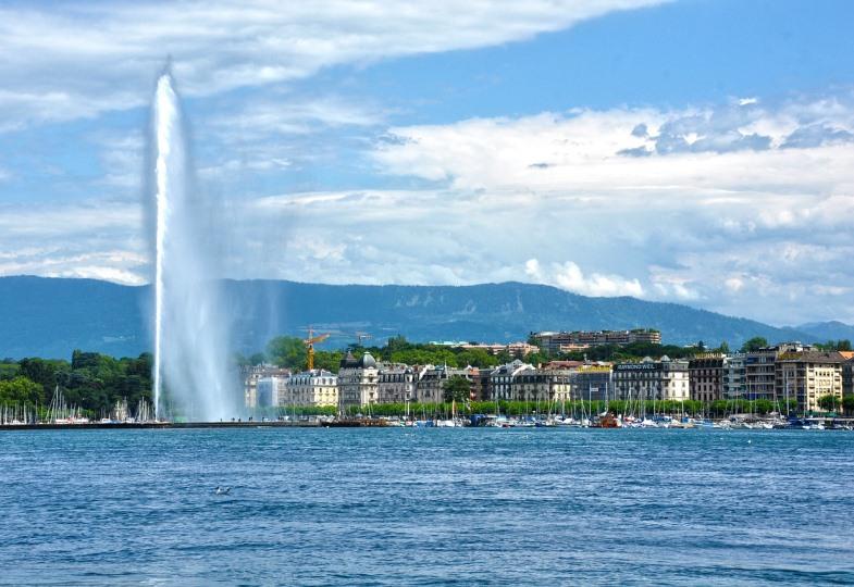 Blick auf Genf mit Genfer See und Fontäne.