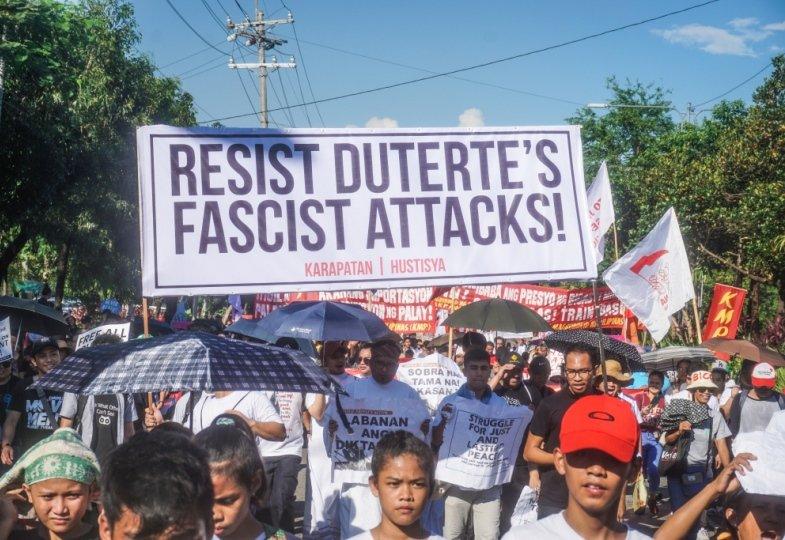 Philippinos demonstrieren gegen den philippinischen Präsidenten Duterte.