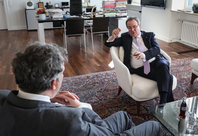 Volker Resing im Gespräch mit Armin Laschet.