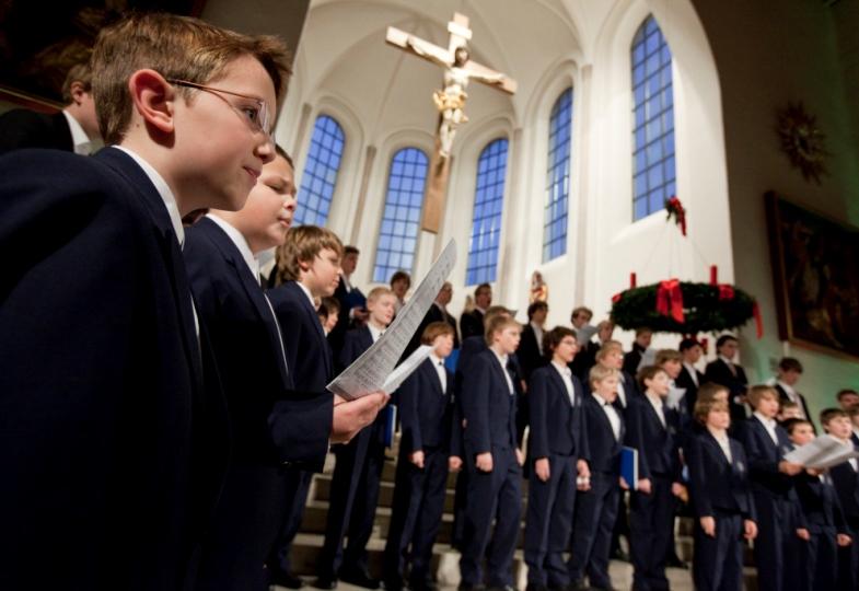 Die Regensburger Domspatzen singen in einer Kirche.