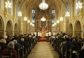 In einer erleuchteten Kirche wird die heilige Messe im alten Ritus gefeiert.