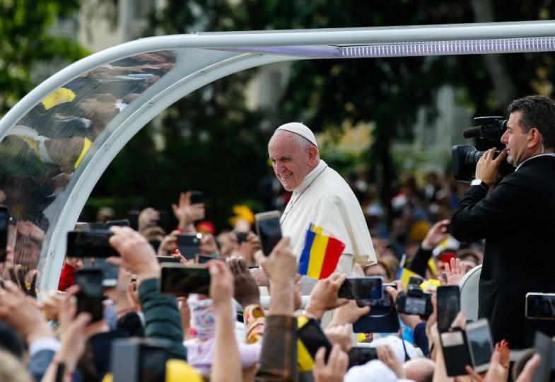 Menschen jubeln Papst Franziskus bei seiner Rumänienreise zu.