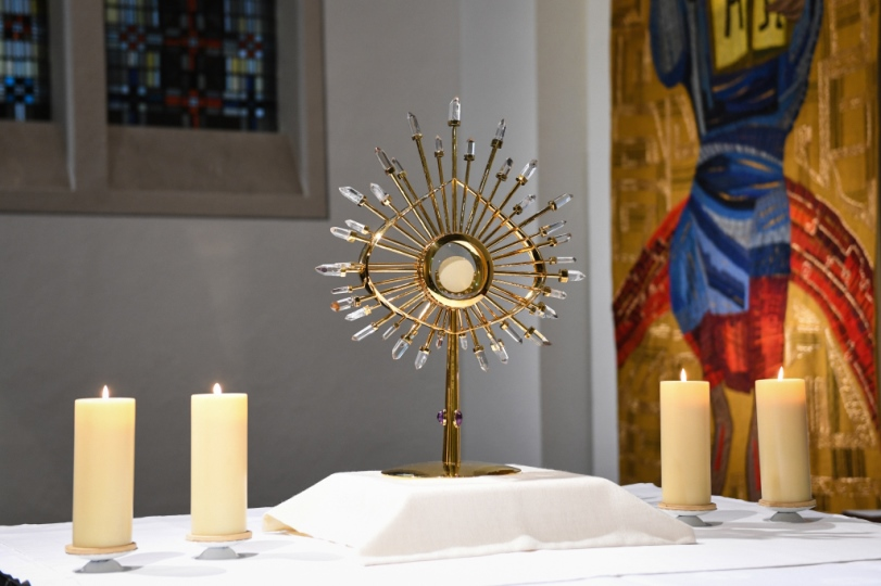 Eine Monstranz auf einem Altar zeigt das Allerheiligste.