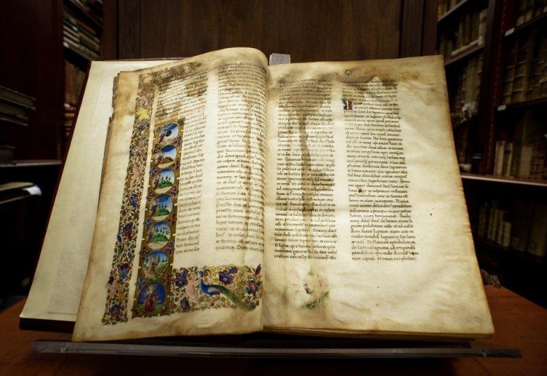 Eine alte aufgeschlagene Bibel in Latein.
