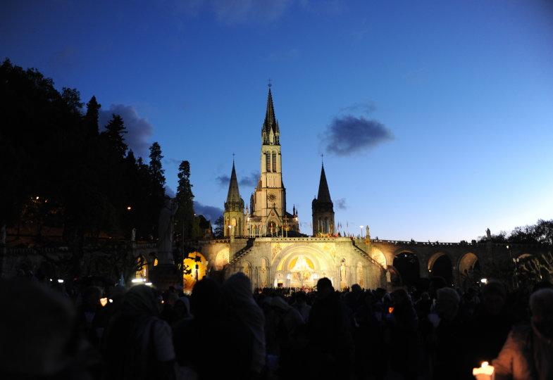 Pilger versammeln sich am Abend des 25. Mai 2013 vor der Basilika Pius X. im französischen Marienwallfahrtsort Lourdes.