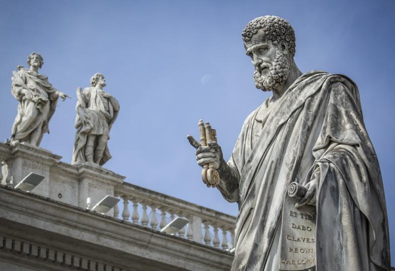 Die Figur des Apostels Petrus am Petersdom.