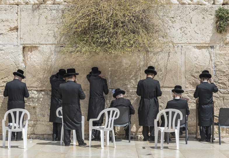 Beter an der Klagemauer in Jerusalem