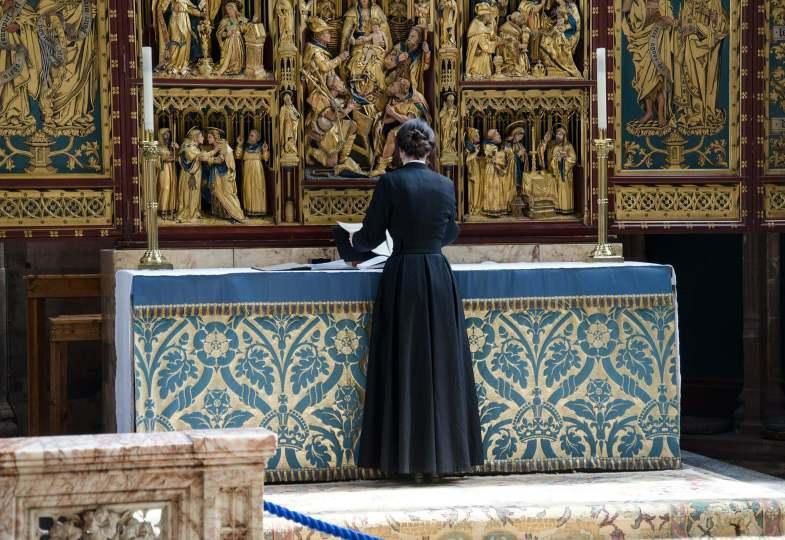Frau am Altar