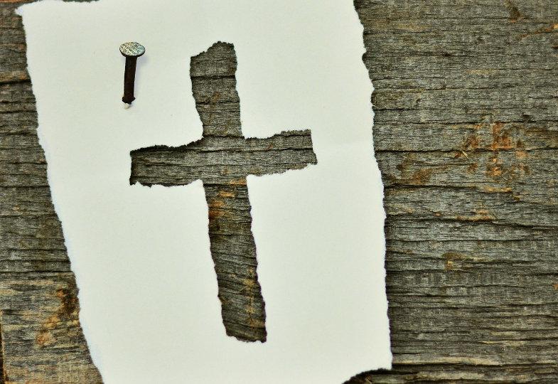 Kreuz auf Holz