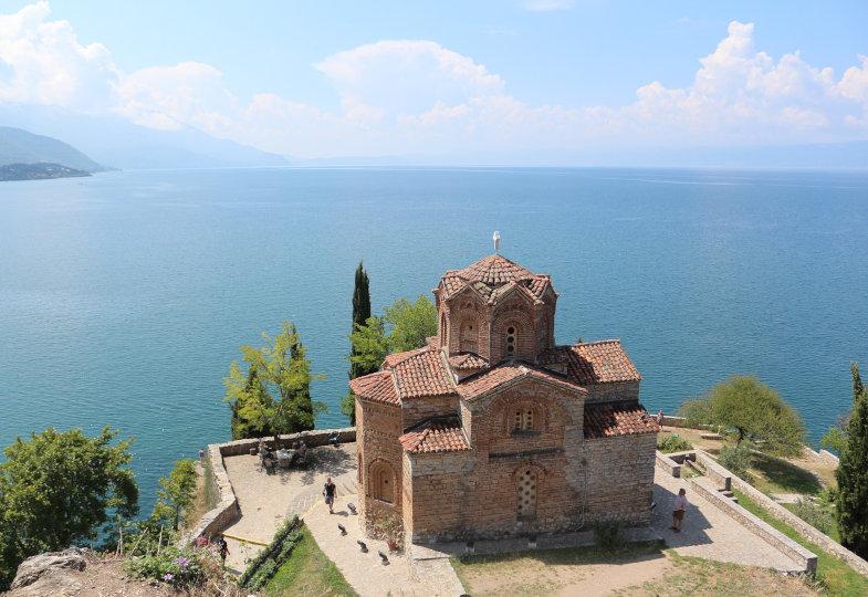 Kirche an einem See