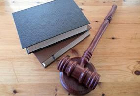 Rechtliche Bücher und Richterhammer