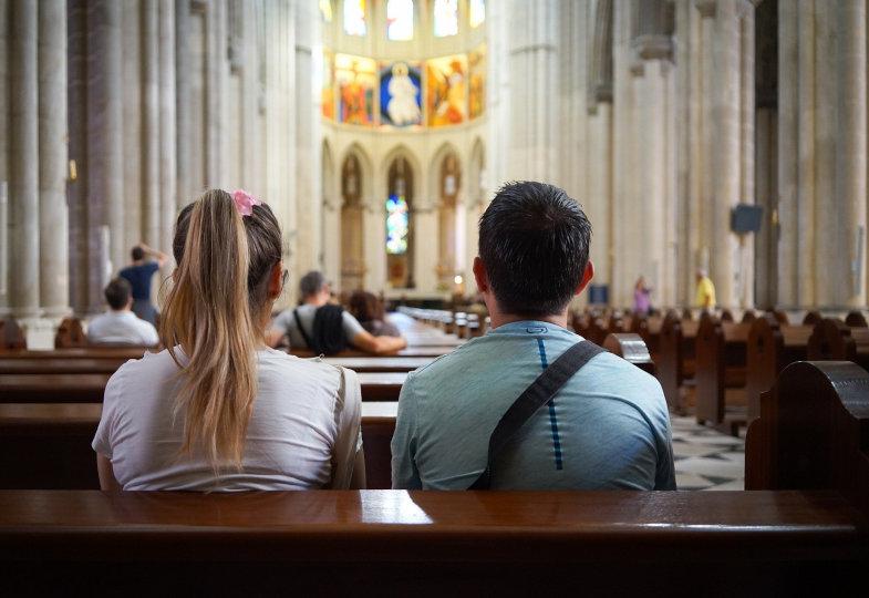Ein Paar sitzt in einer Kirche