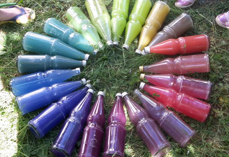 Blau und Rot gibt Violett. Eine kreative Idee mit Flaschen und Farben