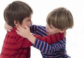 Die Jungs spielen oft kämpfen und töten