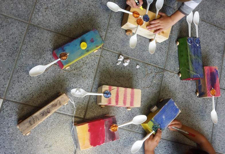 Eine kreative Idee aus Holzklötzen und Papierkügelchen: Die Schnipp- und Fltzmaschine