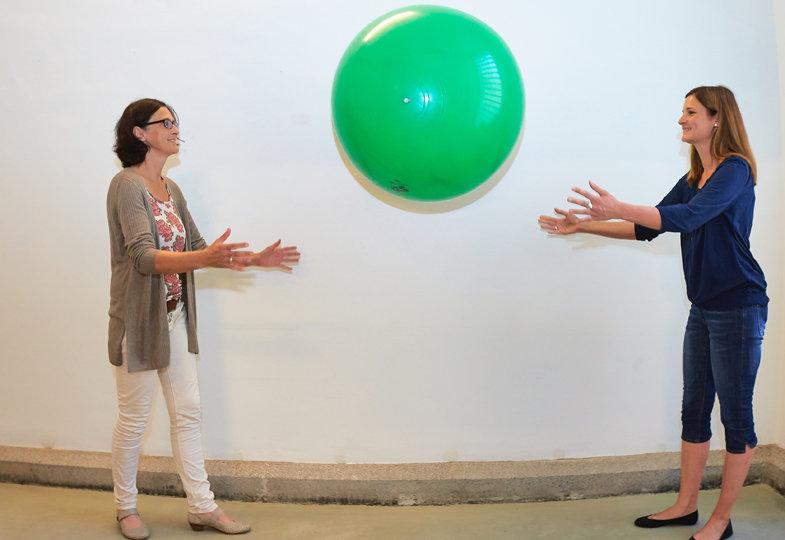 Der Ball ist rund, grün, groß, leicht,…