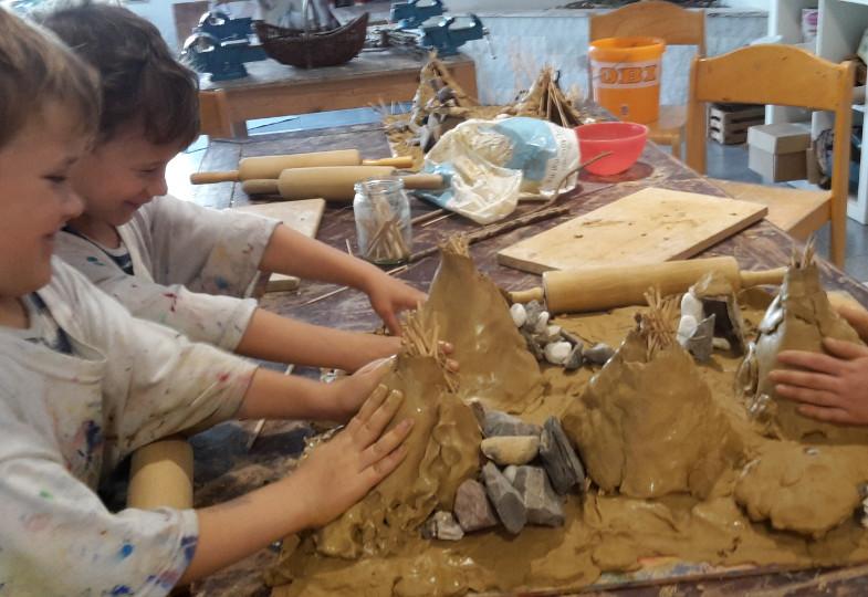 Mit Ton und Knoblauchpresse: In Gruppen- und in Einzelarbeit werden große und kleine Spiellandschaften modelliert.